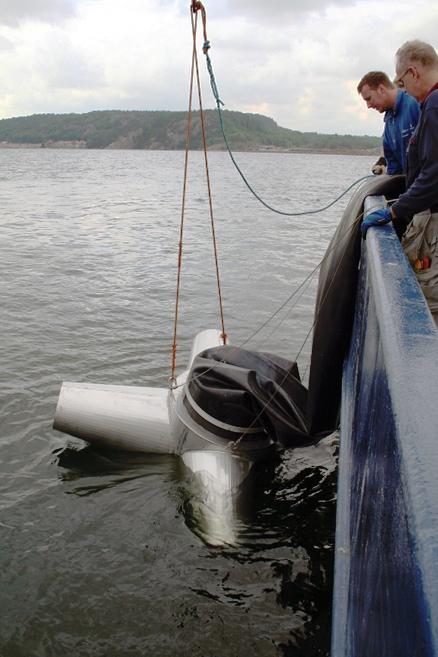 Utsättning av pumpdysan som fördelar vattnet nere i djupet.